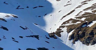 Un tânăr a supraviețuit o noapte pe munte după ce și-a făcut adăpost în zăpadă