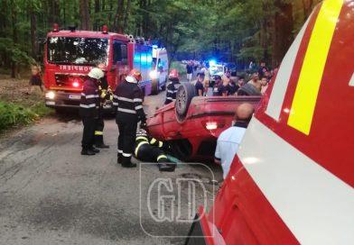 Un tânăr de 19 ani s-a dat peste cap cu BMW-ul. Din păcate, pasagerul mașinii a fost rănit