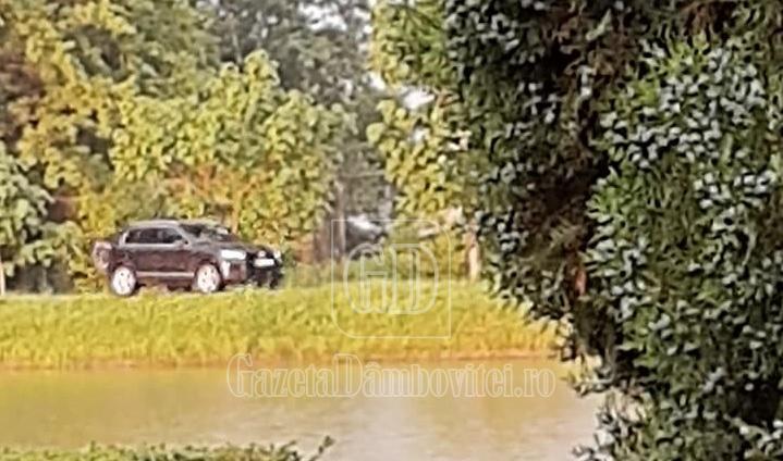 Ploua! Și a luat-o cu mașina pe aleile Parcului Chindia. Atât s-a putut!