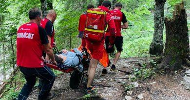 Salvamontiștii dâmbovițeni au cărat, două ore, cu targa, un turist rănit în zona Zănoaga