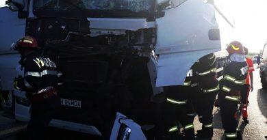 Două autotrenuri s-au ciocnit la Dărmănești. Traficul este blocat!