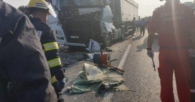 Trafic blocat pe DN 72 la Dărmănești, în urma unui accident între două autotrenuri. Un șofer a fost rănit