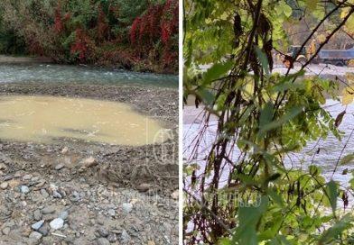 """VOINEȘTI: Râul Dâmbovița, sursă de agregate minerale """"ieftine"""". Dosar penal pentru un bărbat care excava fără drept"""