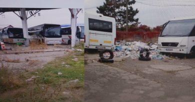 TÂRGOVIȘTE: Autogara de pe Eroilor, administrată de Grup Atyc, morman de mizerie și fiare vechi