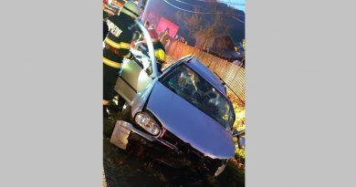 Un șofer beat a intrat cu mașina într-un cap de pod